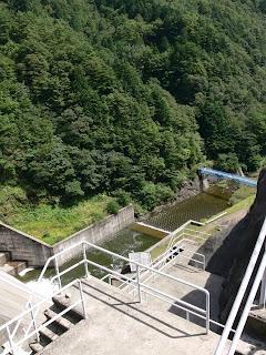 右岸ダムサイトより下流を望む
