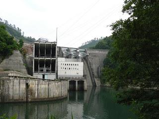 下流左岸より堤体ならびに1号機発電所を望む