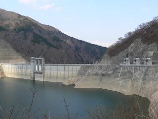 右岸よりダム湖側の堤体・呑吐口を望む
