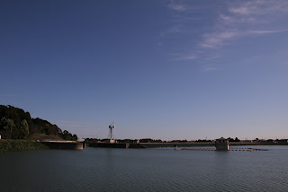 左岸より洪水吐・取水塔を望む