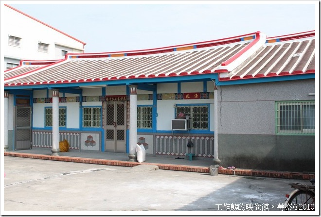 大部分的房子都會漆上油漆來保護木頭,這就構成了藍白或綠白相間的房子了。