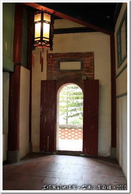 「文昌閣」的後門。比起「海神廟」的花俏後門,這裡就顯得樸實多了。