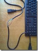 кабель от UPS с частично снятой изоляцией