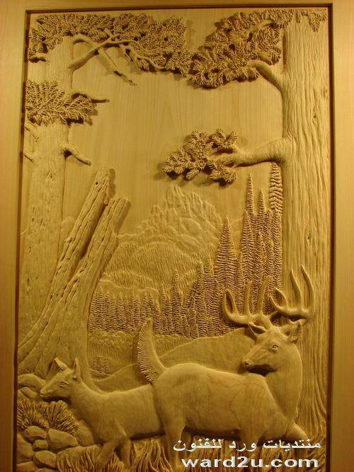حيوانات محفوره على باب من خشب