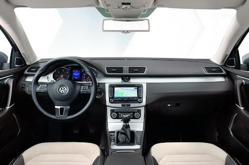 2011-Volkswagen-Passat-B7-14.JPG
