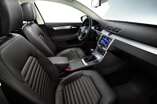 2011-Volkswagen-Passat-B7-15.JPG