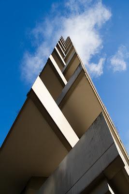 immeuble contre plongée ciel bleu geneve