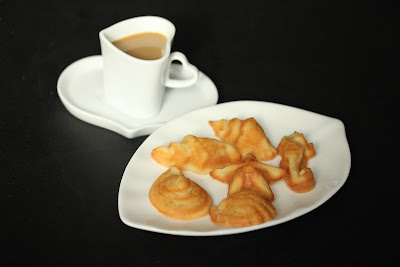 photo of a plate of Mini Coconut mochi seashells with coffee