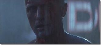 Replicante Nexus 6 (Rutger Hauer) recitando las frases de cabecera,  frente a un atónito Deckard (Harrison Ford)