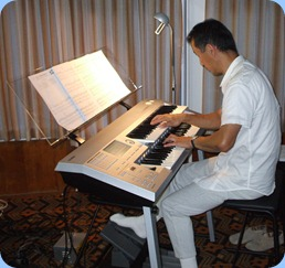 Taka Iida brought his lovely Yamaha Electone D-Deck keyboard. Wonderful music!