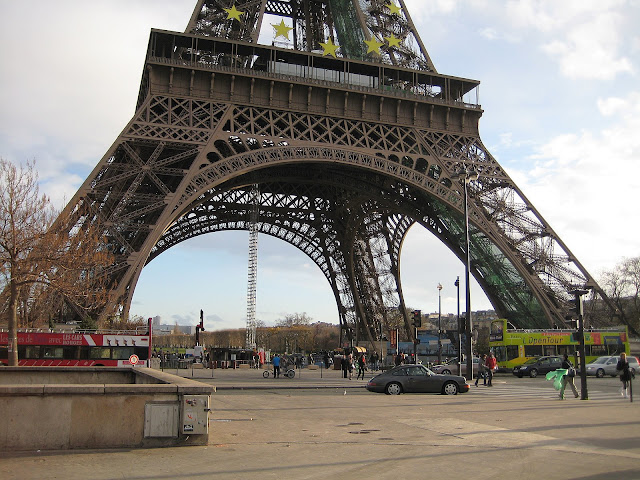 Pata Eiffelovy věže se znakem Evropské unie.