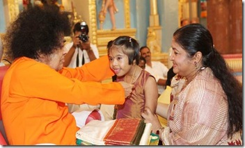 chitra and her daughter nandana with saibaba-in-puttathu varkry copy