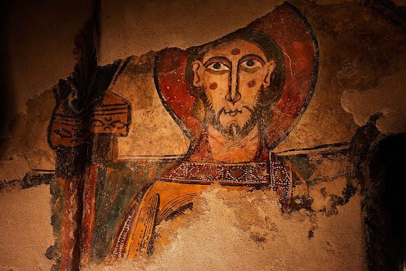 Restes de les pintures romàniques de l'absis de l'església de Santa Eulàlia d'Unha, del segle XII. Rostre d'un dels apòstols probablement,Naut Aran, Val d'Aran, Lleida