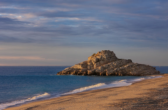Platja del Torn (platja nudista). Al fons, l'illot del Torn amb restes d'una antiga torre de vigilància del segle XVI.Espai d'Interés Natural la Rojala platja del Torn.Hospitalet de l'Infant i Vandellòs, Baix Camp, Tarragona