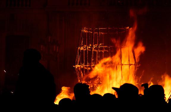 Carnaval de Tarragona, dimarts (28.02.2006)L'Enterrament, plaça de la FontLa Bota i els ninots cremant