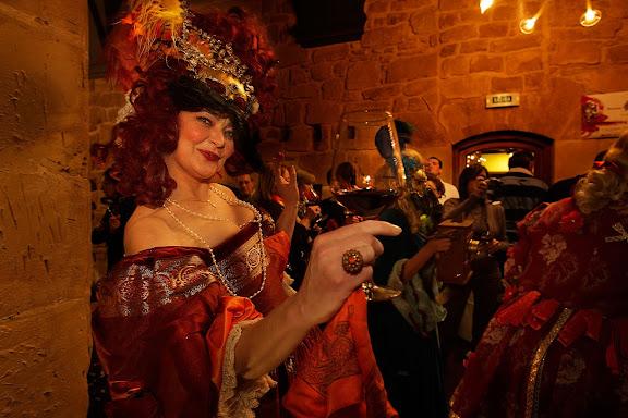 Gran baile de máscaras a la italiana y presentación de nuevas añadas de vino de 15 bodegas de Haro, un grupo de actores dramatizan una historia relacionada con el mundo del vino y Haro, acompañados por una orquesta clásica barroca (Bóreas Cámara), DOC Rioja,Haro, la Rioja