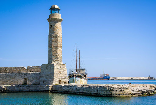 lightouse-Rethymno-Crete-Greece - Réthymno Lighthouse, a ferry port on the north coast of Crete.