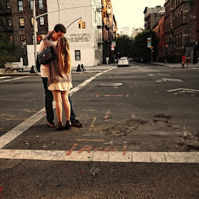 Love is everywhere. by Nguyen Kien - People Couples ( kiss, corner, new york, city, couples )