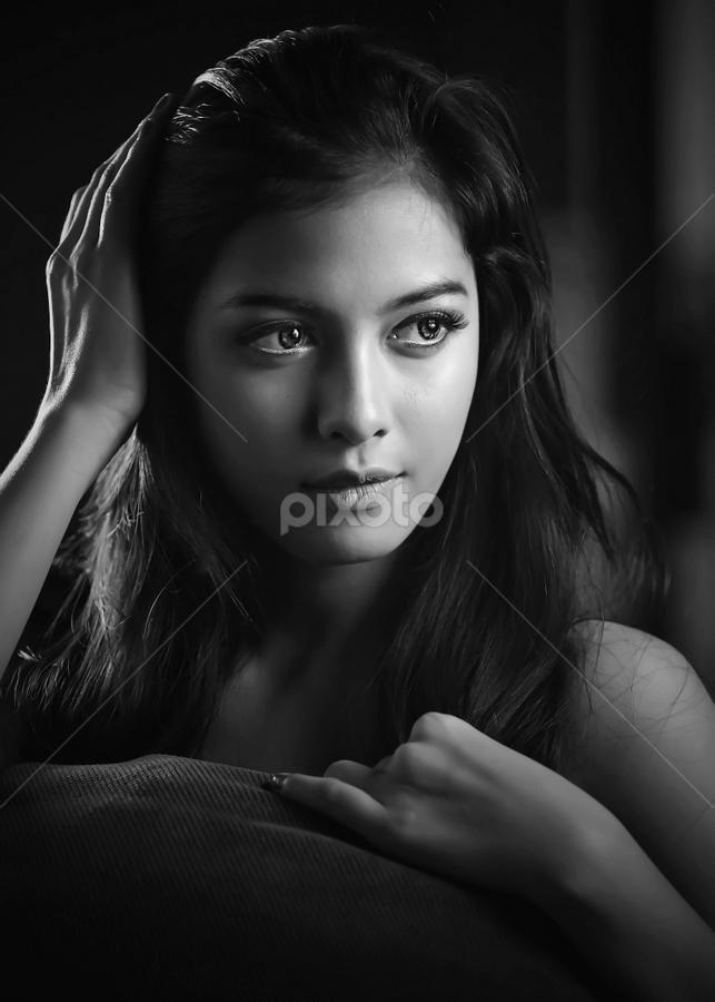 Dewi in BW 4 by Ivan Lee - Black & White Portraits & People ( canon, model, person, girl, b&w, woman, bw, beauty, portrait,  )