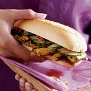 Kipsandwich Met Pindasaus En Uitjes
