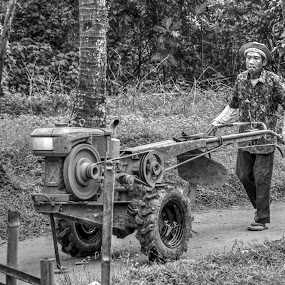 Pembajak by Gia Gusrianto - Black & White Street & Candid (  )