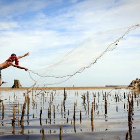 Kungfu Fishing by Chairul . - People Professional People
