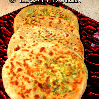 Palak-Paneer Ke Parathe / Spinach-Cottage Cheese Flatbread.