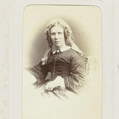 fa7c53105d3cf4 Studioportret van een vrouw met vlechten en een om het hoofd gebonden doek