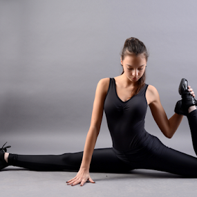 by Ivelin Zhelyazkov - Sports & Fitness Other Sports ( thumbs, балет, студио, момиче, light modifier, ballerina, portrait, танц, жена, photo studio, girl, палци, softbox, woman, балерина, портрет, ballet, dance,  )