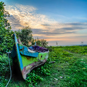 abandoned boat by Dugalan Poto - Transportation Boats ( indonesia, dugalan, boats, beach, boat, tegal, abandoned, water, device, transportation )