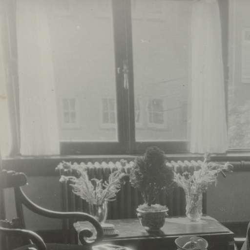 Interieur met eettafel en ontbijt, Apollolaan, Eva Charlotte Pennink ...