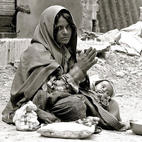 PORTRAIT OF POOR LIFE by Doug Hilson - People Street & Candids ( poverty, india, touuching, black&white, woman&baby,  )