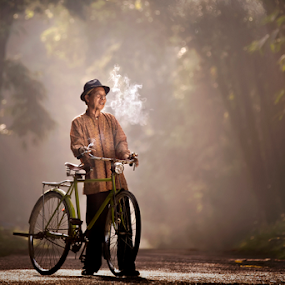 Old man with bike by Ivan Lee - People Portraits of Men ( canon, old, bike, smoking, man )