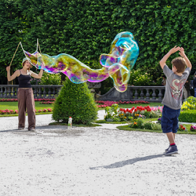 Catching bubbles by Jesús Municio - People Street & Candids ( child, park, hands, bubbles, gardens, soap, catching, Urban, City, Lifestyle,  )