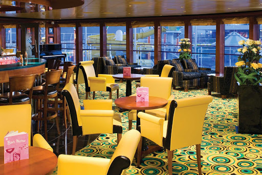 Norwegian-Gem-Star-Bar - Norwegian Gem's '20s-inspired Star Bar has bright interiors and a variety of drinks that can lift the spirits of guests.