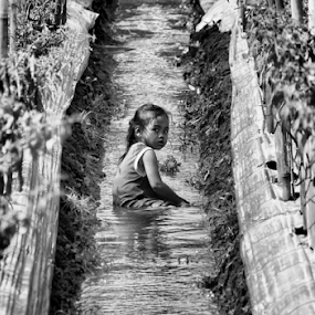 Lila on the water by Ngatmow Prawierow - Black & White Portraits & People ( blackandwhite, black and white, bw, children, candid, banjarnegara )