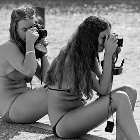Gemeenschappelijke hobby  by Etienne Chalmet - People Street & Candids ( girls, beach, photographie, , camera, lens, object )
