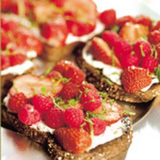 Bruschetta Met Verse Geitenkaas En Rood Fruit