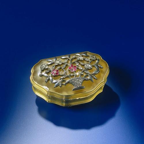 Snuifdoos van goud met deksel van chalcedoon de geschulpte doos is versierd met een bloemenmand - Deksel van de boom ...