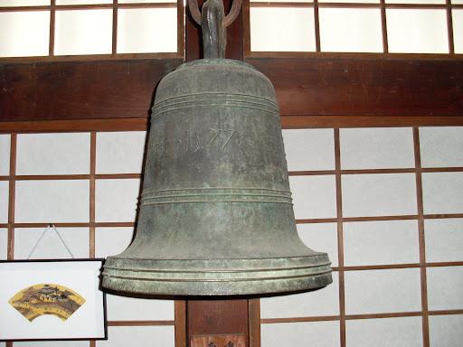 右京区・花園にある妙心寺の敷地内にある春光院には、「朝鮮伝来の鐘」という名目で(キリシタンのものであると分かっていたがそれを故意に隠すためと思われる)、京の最初の南蛮寺の鐘がここに伝えられている。表面に1577と、西暦がアラビア文字で書かれ、IHSと刻まれ