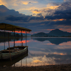 boat at tarusan kamang lake by Fajar Vandra - Transportation Boats