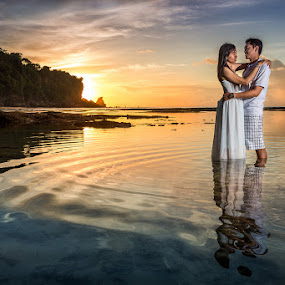 Couple in Love by Rah Juan - People Couples ( bali, sunset, couple, beach, bali photographer, people, balinaturalphotoworks, rahjuan, engagement,  )