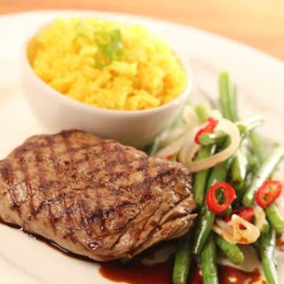Gegrilde Biefstuk Met Roerbakboontjes, Gele Rijst En Ketjap