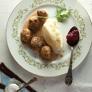 Köttbullar med Potatismos (Swedish Meatballs with Mashed Potatoes)